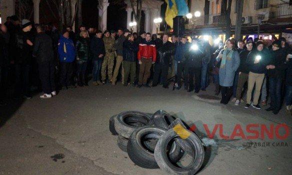 ВВиннице протестующие жгут шины уздания СБУ