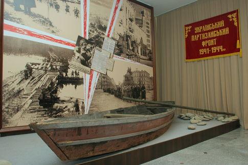 В партизанском музее в Киеве выставили землянки и лодки - В открытом партизанском музее можно посмотреть землянки, лодки и оружи