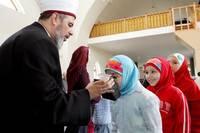 Муфтий Украины Ахмед Тамим  показывает волос  с головы пророка Мухаммеда, привезенный с Ближнего Востока, в центральной мечети Киева