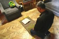 Тюрьма для иностранцев. Этот заключенный не расстается со своим молитвенным ковриком.