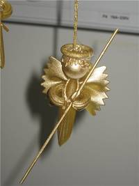 Вот таких ангелочков из простых макарон можно сделать к НГ.  Пошаговая инструкция.