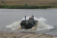 Через озеро. Боевые машины на ходу влетали в воду, проплывали через озеро и возвращались на берег, фото А. Лесик