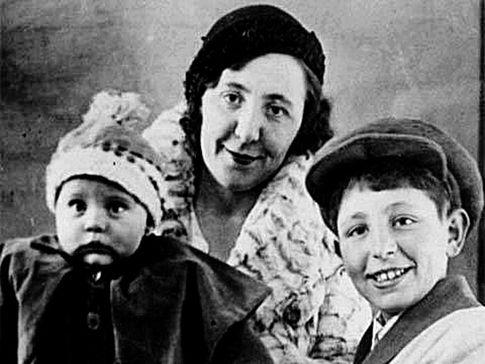 Эрнст Неизвестный с матерью и сестрой