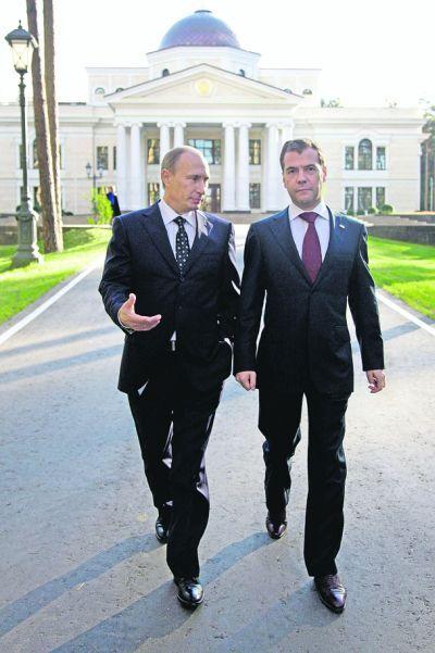 Медведев и Путин возле своего дома