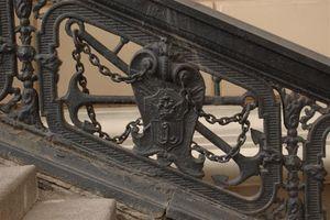 Самый первый герб Одессы можно увидеть на перилах лестницы у Оперного театра, фото А. Шлыкова