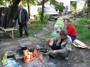 Газ перекрыт. Еду приходится готовить в походных условиях, фото А. Лесик