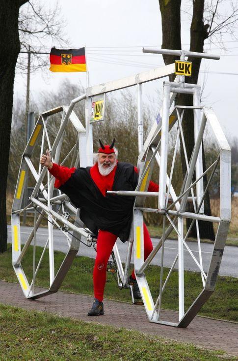 Немецкий велоконструктор по прозвищу Эль Диабло смастерил 6-метровый велосипед