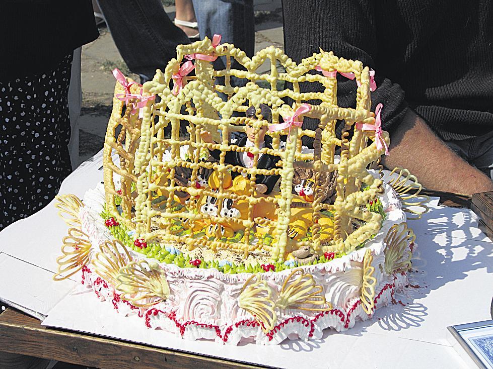 Презент. Горожане приготовили торт в виде звериной клетки. Фото М. Скидановой