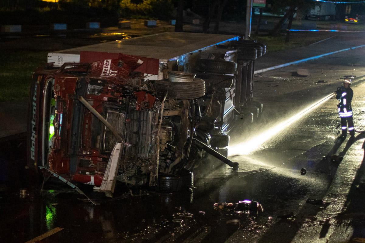Картинки по запросу В Киеве на Теремках грузовик упал с моста