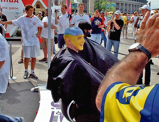 Боевой раскрас. В Берлине-2006 бесплатно делали фан-макияж. Фото А.Пономаренко